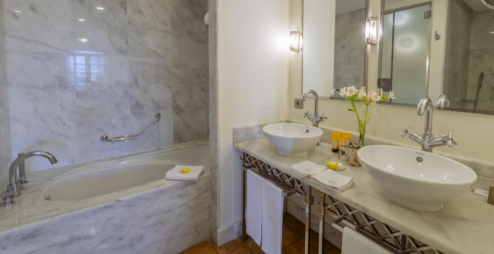 Junior Suite Casas Ducales bathroom
